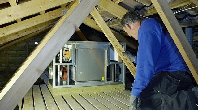 Et ventilationsanlæg på loftet giver god mening.